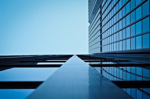 Ventana fija de aluminio en edificio de oficinas