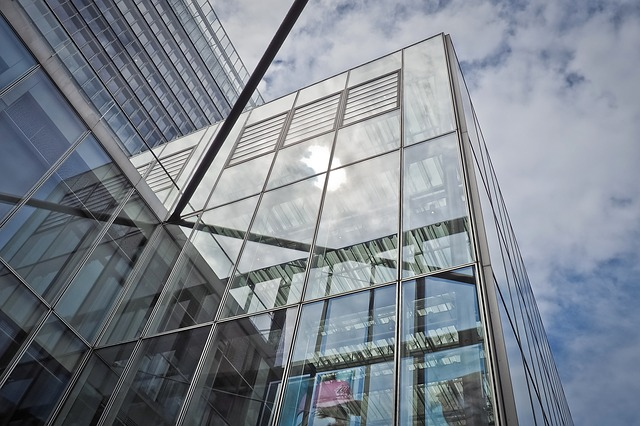 edificio de cristal y aluminio